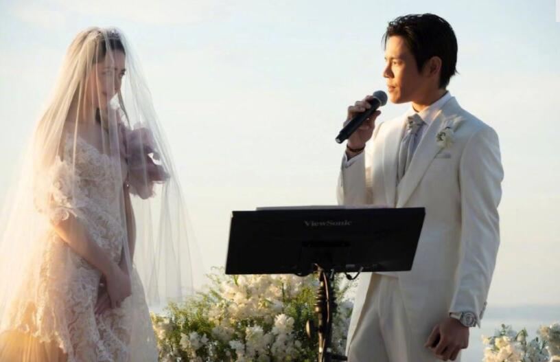 向佐郭碧婷婚礼现场照曝光 二人甜蜜亲吻互动有爱