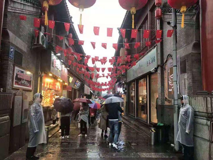 泉城路街道:不畏风雨 尽职尽责