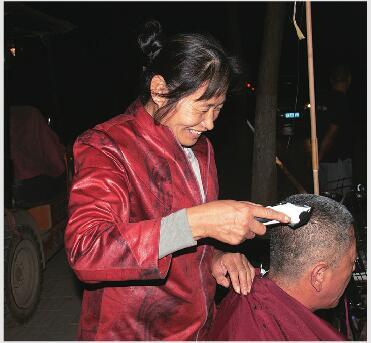 """理发只收5元!济南有个""""坚强姐"""" 受欢迎不只因剪发便宜"""