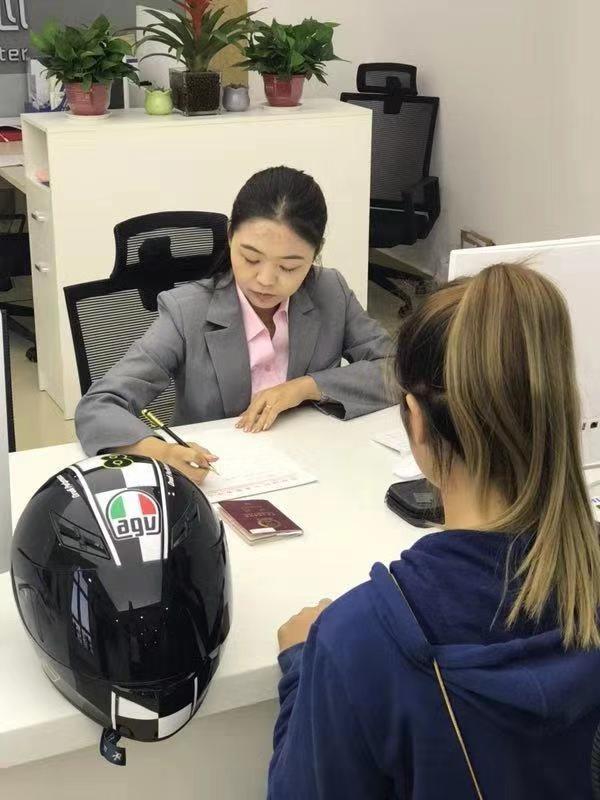 """招引入驻32国签证申请中心  可代办100余个国家签证业务 济南签证中心迎来""""首单"""""""
