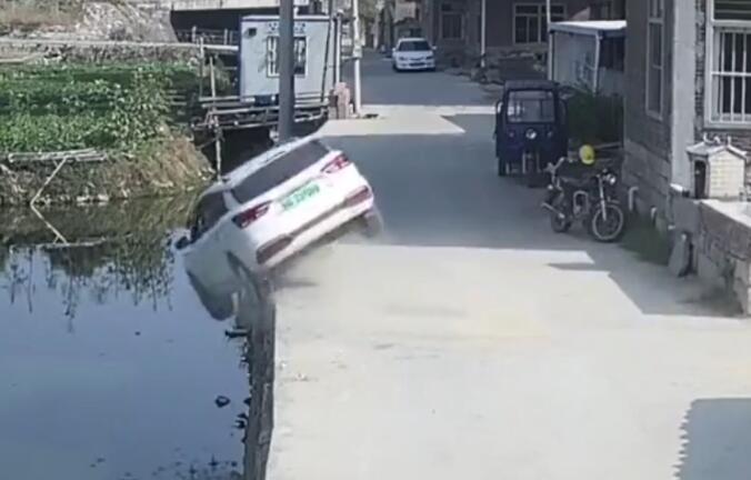 小车坠河现象缓以及 村平易近上水救援 7分钟救出4条人命