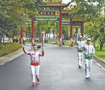 """军运会圣火抵达武汉 东湖畔接力传递""""和平荣光"""""""
