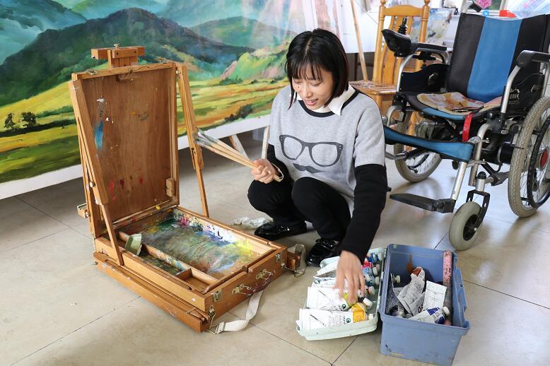 百名青年记者走基层丨走!到泉城广场看油画、听励志故事