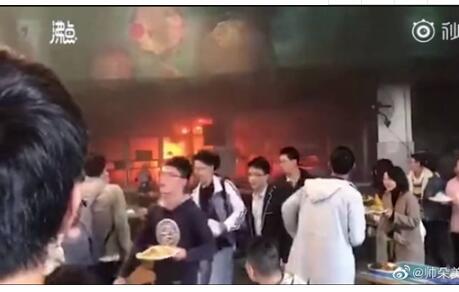 西华大学食堂着火: 师生已全部疏散,目前无财产损失和人员受伤