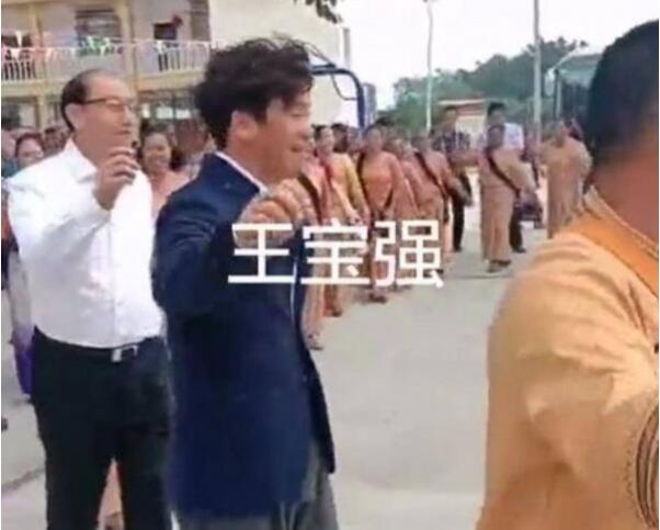 10月28日,王宝弱现身云南瑞丽 跳起了外地的特点舞蹈