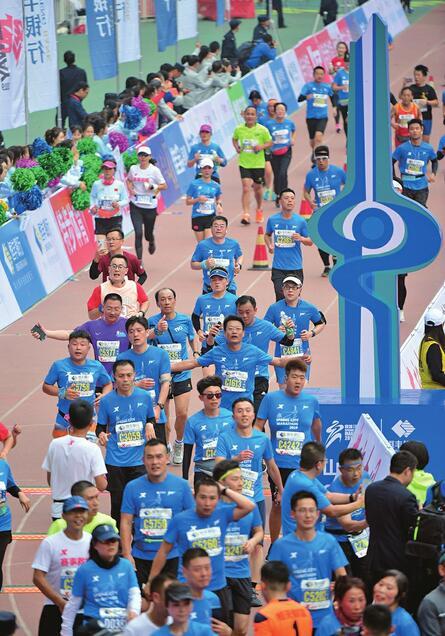泉力奔跑!济南首个以城市命名的国际马拉松开跑