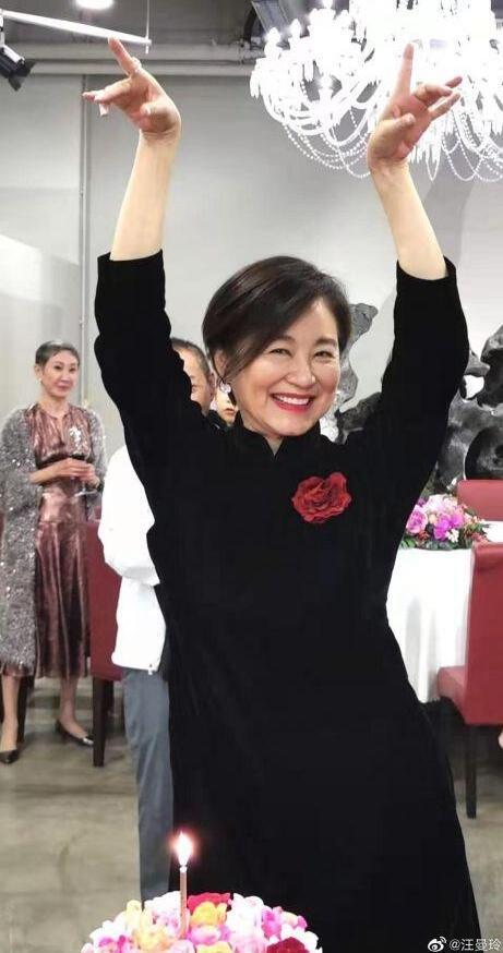 依旧是我们的女神!林青霞65岁庆生照曝光 穿旗袍大红唇惊艳无比