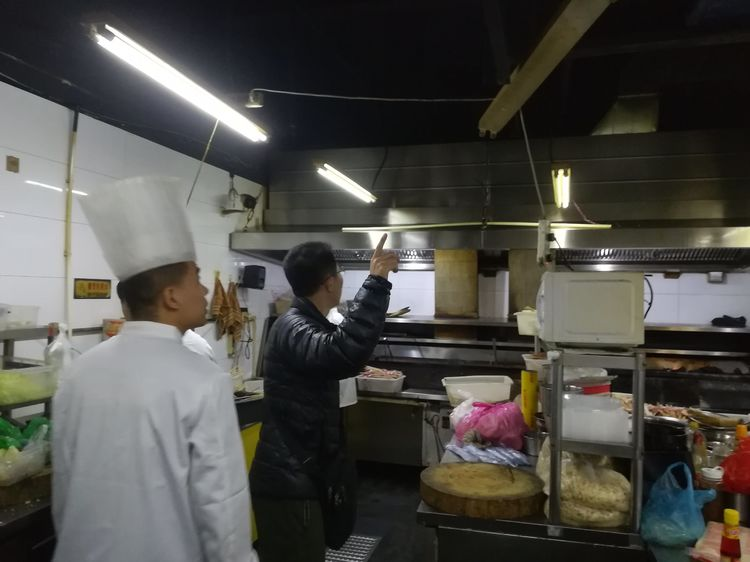 解放路街道开展辖区餐饮单位油烟情况专项检查