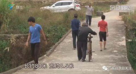 阳春桥面下沉一年 村民每天都冒险过桥
