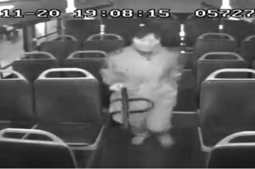 [温暖泉城] 马虎乘客丢2万元现金热心公交司机帮助找回