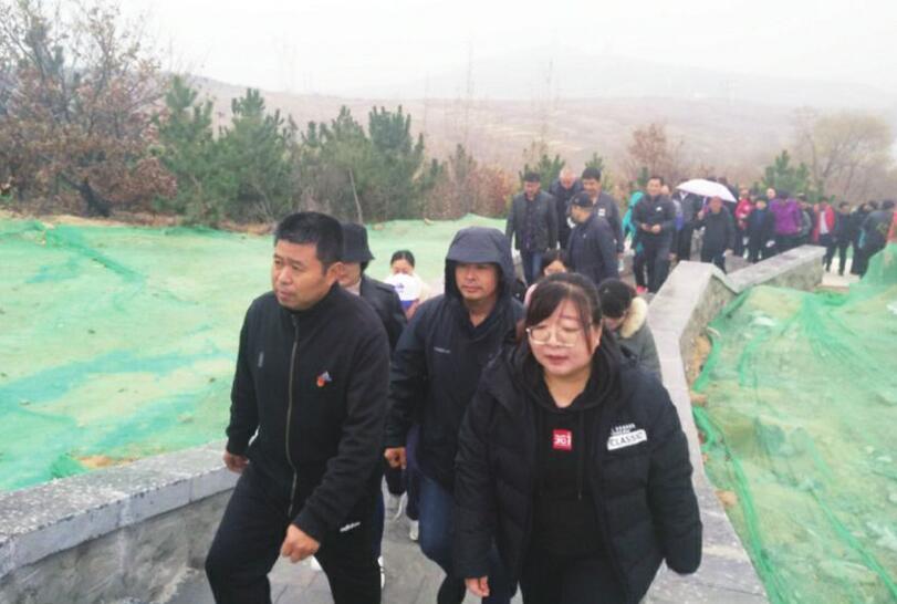 大崮山公园一期工程竣工 300名干部职工参加登山活动