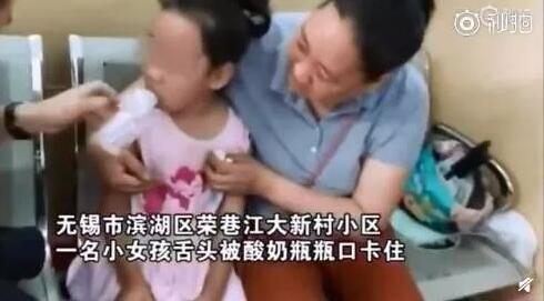 心疼又好笑!7岁男童钻进娃娃机抓娃娃被卡!盘点熊孩子被卡合集