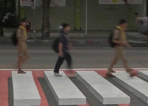 太逼真了!泰国3D斑马线长这样 行人们仿佛踩着