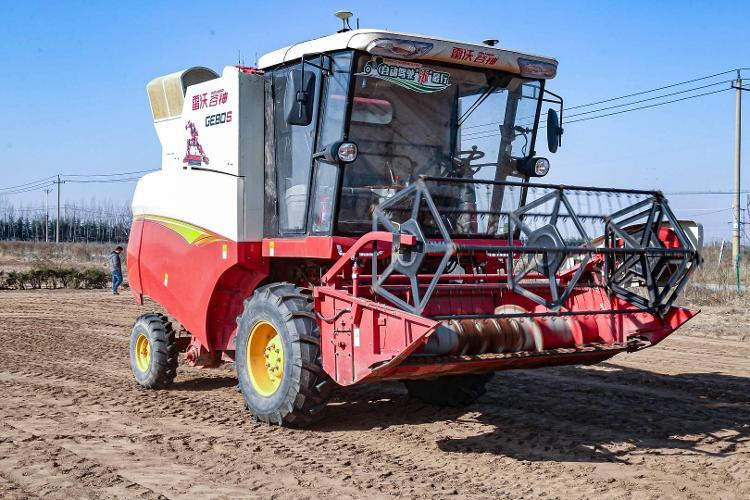 制造業高質量發展丨實拍無人駕駛拖拉機耕地播種