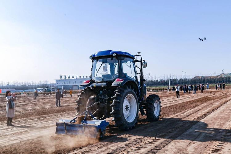 制造业高质量发展丨实拍无人驾驶拖拉机耕地播种