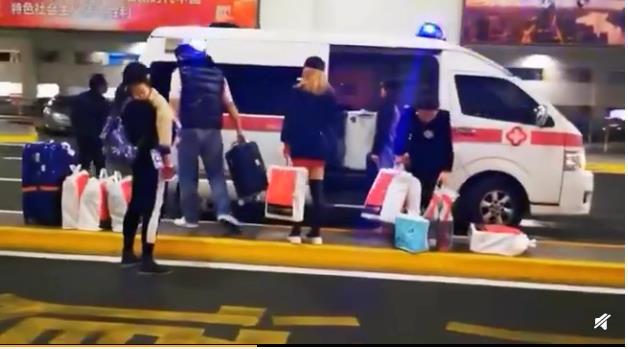 上海机场回应接机 救护车机场内接手提购物袋年轻人