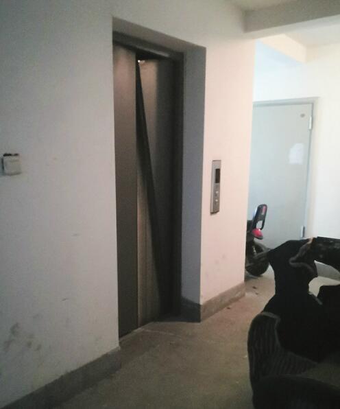 疑天然气爆炸一男子被炸出窗外 事发楼层电梯门已变形