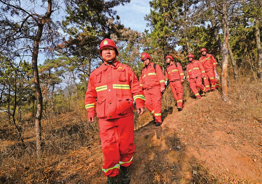 """日巡两万米 群山有""""长峰""""——记吉山林场森林消防应急中队中队长朱长峰"""