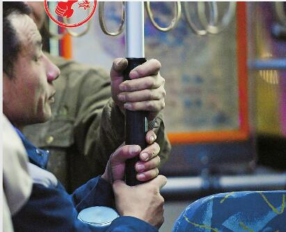 """济南首条24小时公交""""满月"""" 夜间共载客超2000人"""
