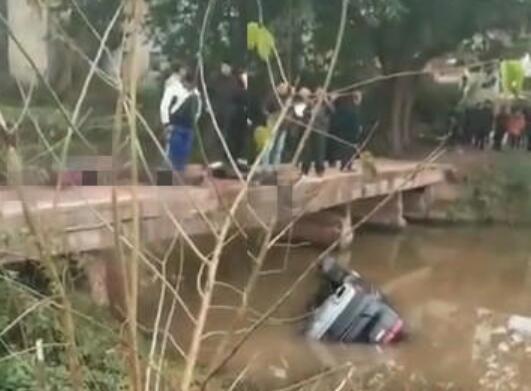 广安一越野车坠河 导致车内5人死亡