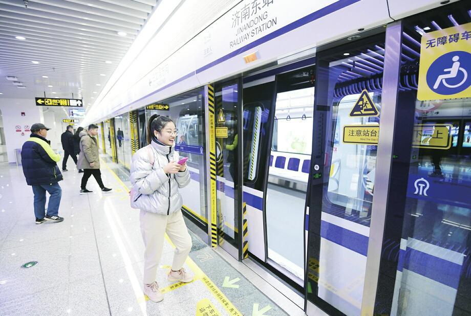 畅享新生活 感受新速度 济南市民争相体验轨道交通3号线首班地铁