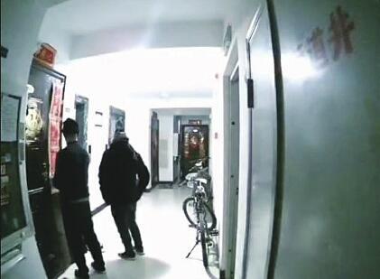 俩狂妄盗贼凌晨蒙面撬门 面对监控打招呼 警方已介入调查