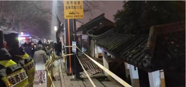 江苏苏州十全街发生塌陷,部分商住户撤离,目击者都看到了什么?