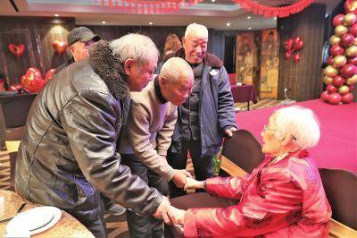 """百岁""""女先生""""教书育人近6十载81岁弟子祝寿谢"""