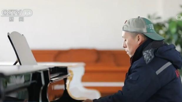 油漆工的钢琴梦:从未接受训练 能演奏200多首曲子
