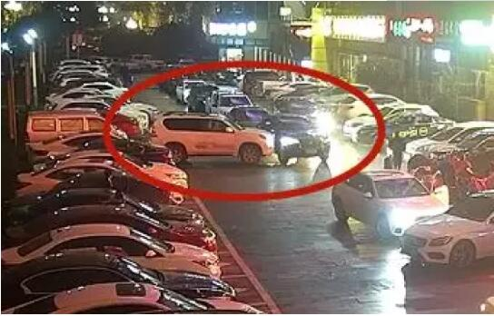 女司機對著違停捷豹連撞11下開路因用意撞車被刑事拘