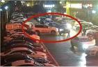 女司机对着违停捷豹连撞11下开路 因故意撞车被刑事拘留