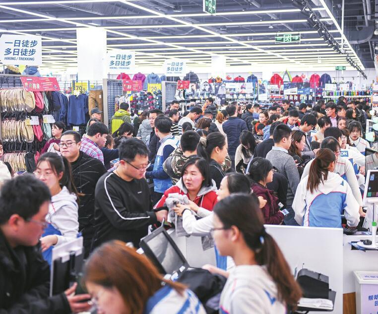 人从众!济南迪卡侬西城店昨日开业 纳客11小时2万多人进店
