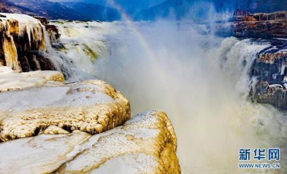 美不堪收黃河壺口瀑布兩岸變成冰瀑冰雕水底冒煙堪稱奇