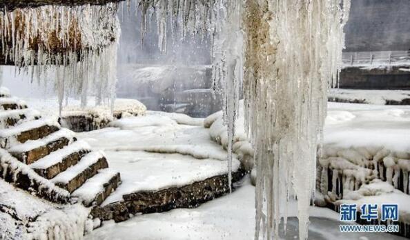 美不胜收!黄河壶口瀑布两岸形成冰瀑冰雕  水底冒烟堪称奇观
