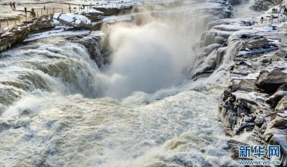 美不勝收!黃河壺口瀑布兩岸形成冰瀑冰雕