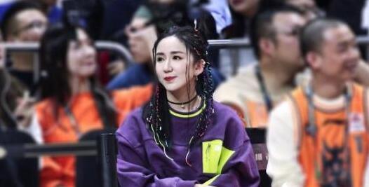 娄艺潇观战CBA 无美颜生图被曝光 真实的她什么样?