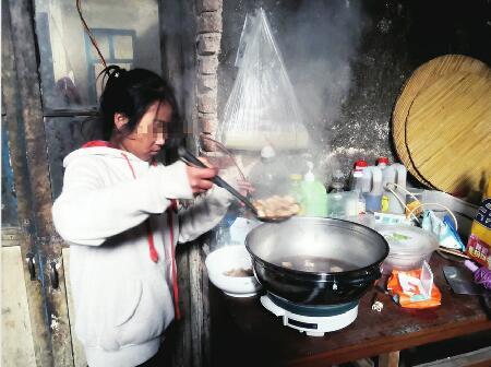 父亲高位截瘫 济南11岁女孩炒菜、喂饭、换尿不湿照顾他