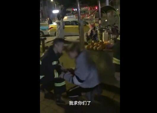 重庆万州:小伙给消防员下跪 感...