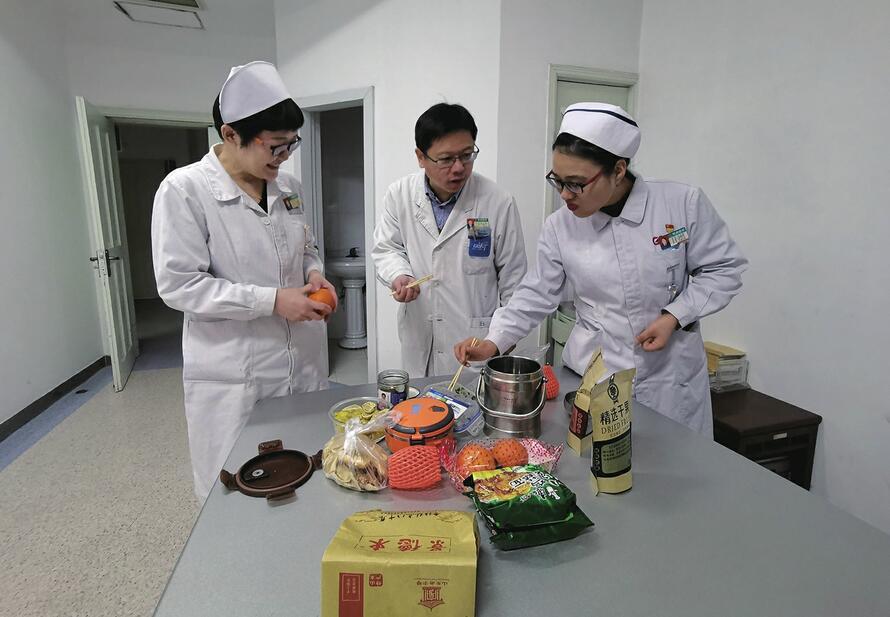 急诊科4小时接诊50名患者 心内科病房住着20多位病人——吃到大年初一的年夜饭
