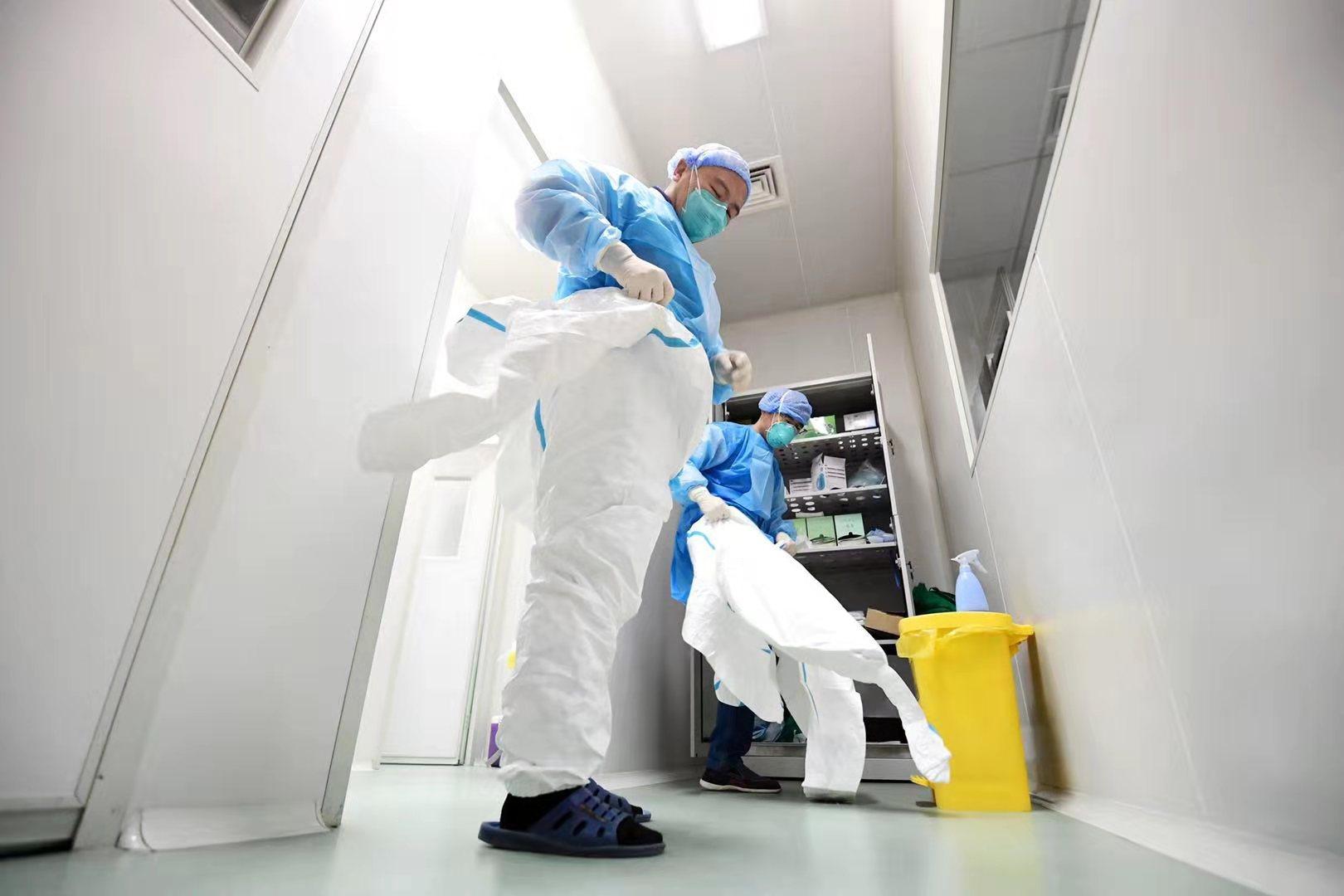 """这是一群""""与病毒在一起的人"""" 记者探访济南市疾控中心病毒性疾病检验实验室"""