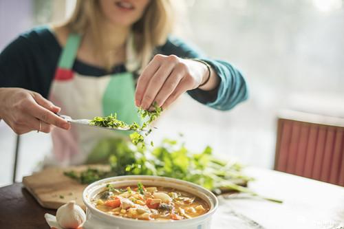 病毒肆虐勿减肥,防长胖应少吃油腻零食