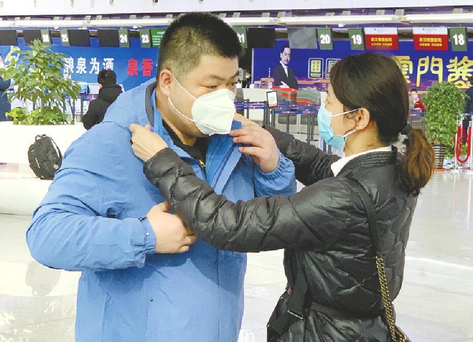 """济南报业记者随医疗队出征 全程记录战""""疫""""感人故事"""