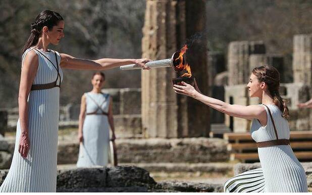 """希腊暂停圣火传递 因""""出乎意料的大批人群""""聚集观看"""
