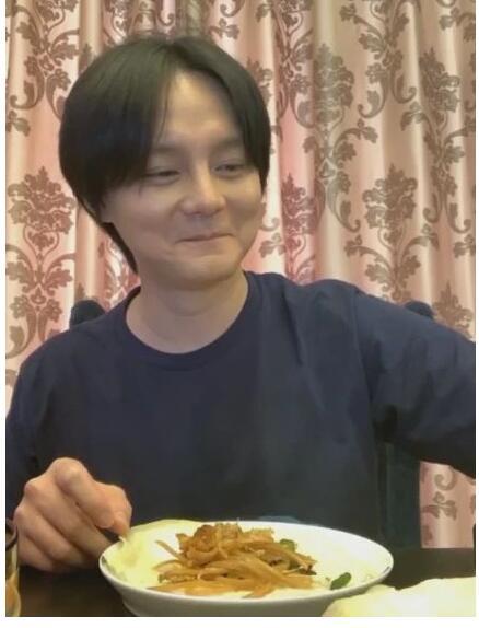 尹正一口春饼嚼121下 尹正果然开吃播了,在家直播吃春饼