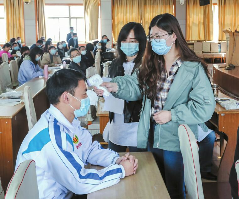 【归来时,你已成长】探访高三老师新学期返校第一天:实景化应急演练 办公室挪到两教室中间
