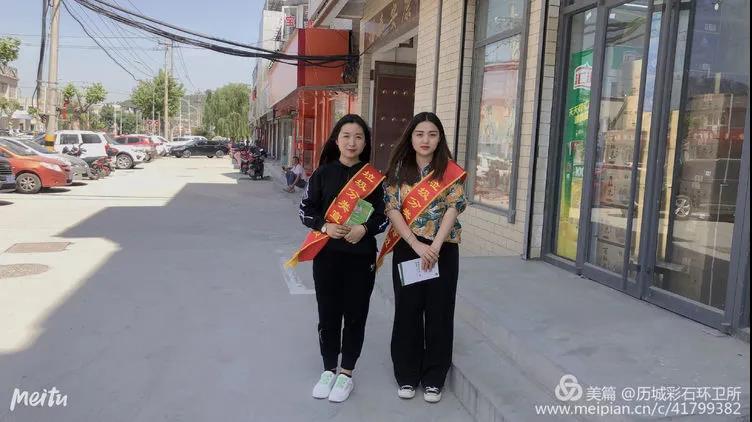 彩石街道垃圾分类宣传员走进商铺发放垃圾分类指导手册