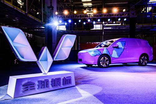 第一家突破2200万的中国车企!上汽通用五菱第2200万辆整车下线,发布五菱全球银标