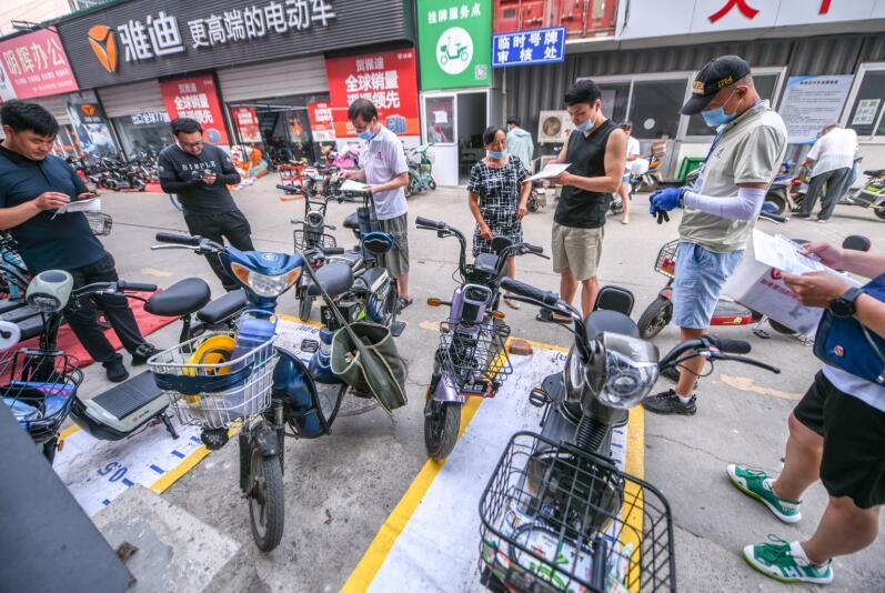 济南:电动车挂牌点增至近百处 现场领取号牌不超十分钟