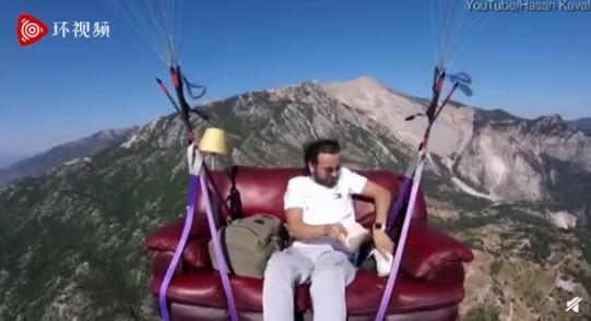 土耳其男子坐沙发飞上天玩滑翔伞 边飞边看电视