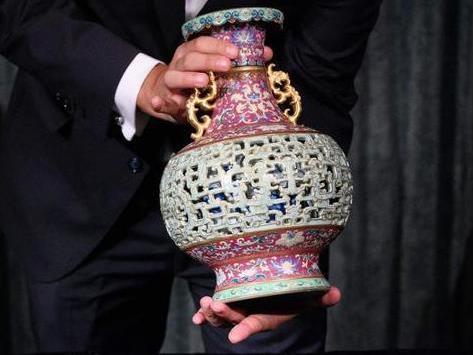 宠物猫的惊天发现!欧洲老妇闲置中国花瓶拍得6300万 在养猫宠物房发现惊喜!